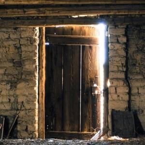 やばいところに来てしまった…この扉を開ける勇気が出ないwww