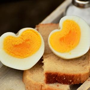 「少し水を入れたコップにゆで卵を入れて振ると簡単に殻が剥ける!」というので実際やってみた結果😨