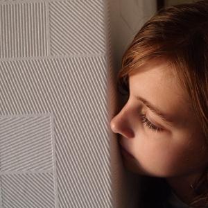 寝室ドアから覗き込む顔…ゾッとしました