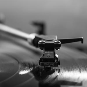 """「これはアカン…」某リサイクルショップのレコード売場で目撃された衝撃的な""""カテゴリー分け""""とは"""