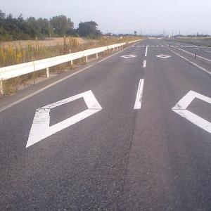 """「これは知らなかった…」道路で見かける""""菱形マーク""""は地域によって微妙にデザインが異なるらしい"""