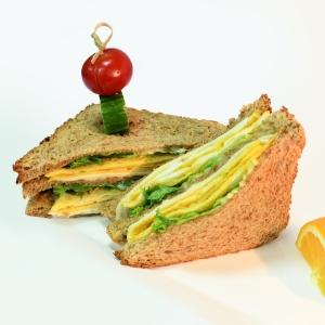 「これは合理的…」海外の屋台で売っている『卵サンド』の調理方法が斬新すぎるww