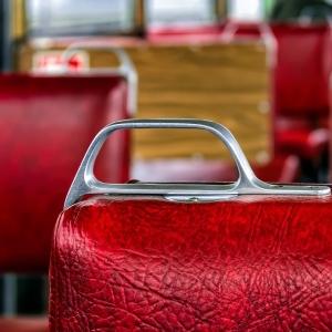 """大阪で乗った電車で「補助椅子」を使おうと思ったら…とんでもない""""ウェルカムドリンク""""が出てきたw"""