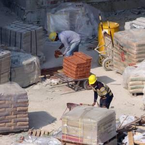 """これは""""あるある""""なのか…インドの「安全工事看板」がシュールすぎるwww"""