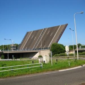 「街に道路が刺さってる…」高知にある可動橋がまるでゲームのバグのようだと話題にww
