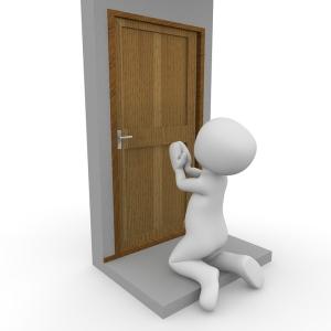 玄関のセンサーライトが点いたので「お客さんかな?」と思って見に行ったら…とんでもない珍客がw