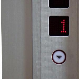 偶然の産物!? ある老朽化したエレベーターの案内板がカッコイイ事になっていると話題にw
