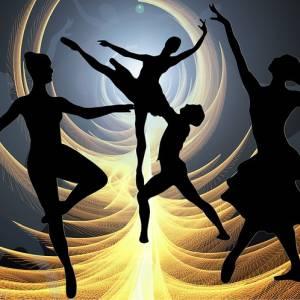 【恐怖】玄関でなんか黒い人が踊ってるッ!? と思ったら…😅