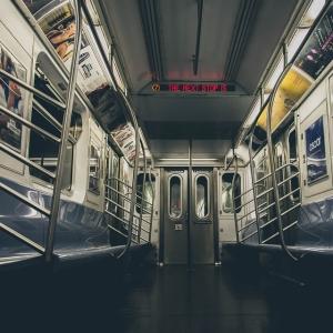 """「あなたの外出は必要火急ですか?」…NY地下鉄駅の電子看板に表示された""""YES/NOチャート""""が話題に"""