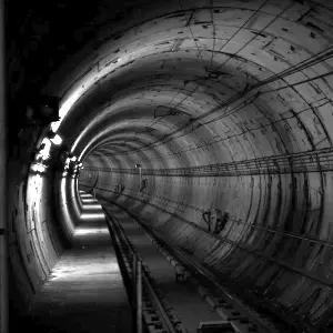 閉所恐怖症には絶対無理!静岡県の山奥であまりにギリギリなトンネルが発見されるwww