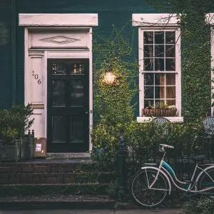 """【歓迎】夜中にゴミ捨てに行ったら玄関前にとんでもない""""来訪者""""が…😱"""