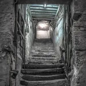 マクドナルド秋葉原昭和通り店を取り壊したら…『ドラクエ』みたいな階段が出てきた!