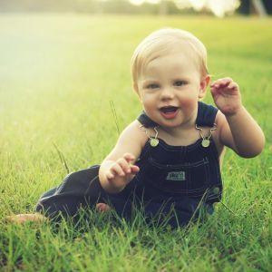 """【驚愕】一歳にして""""アレ""""を握る! 将来有望すぎる幼児が話題にwww"""
